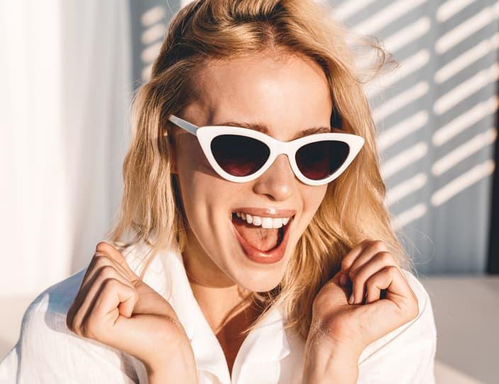 Image of seductive excited woman in sunglasses scr 2 GDUEVU