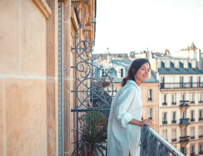 Young woman on a balcony in paris P5 CPJX3