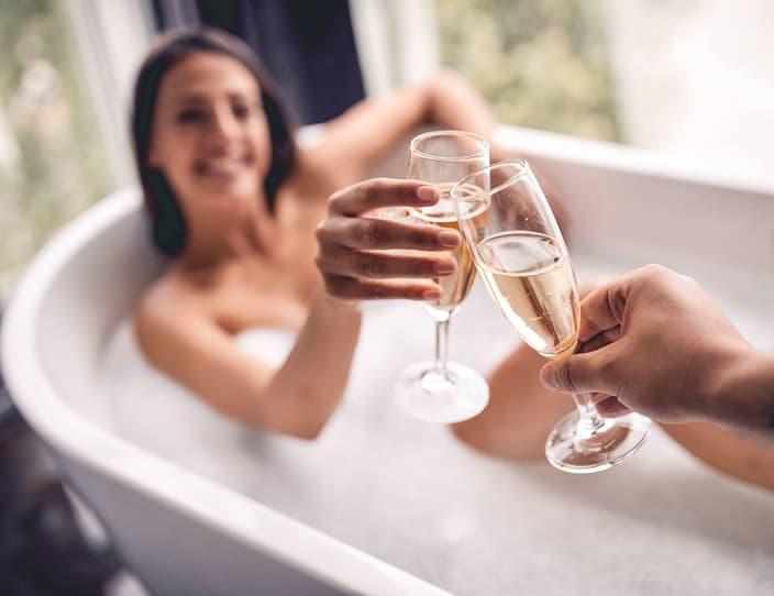 Adobe Stock 244061748 bubble bath with champagne 3 van 3