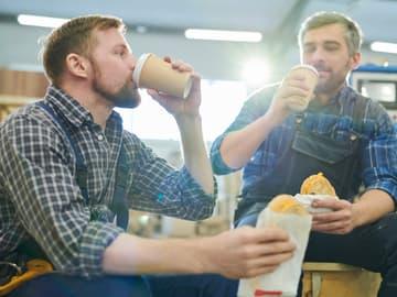 Mitarbeiter Trinken Kaffee Mittagspause in Fabrik