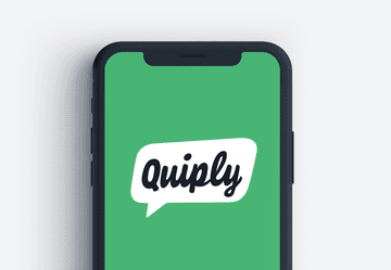 Smartphone Bildschirm mit weißem Quiply Logo auf grünem Hintergrund