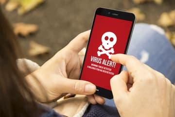 Smartphone zeigt rotes Virus Alarm