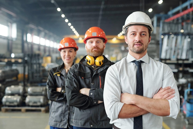 Leaders Arbeiter in Produktionsunternehmen mit Helm