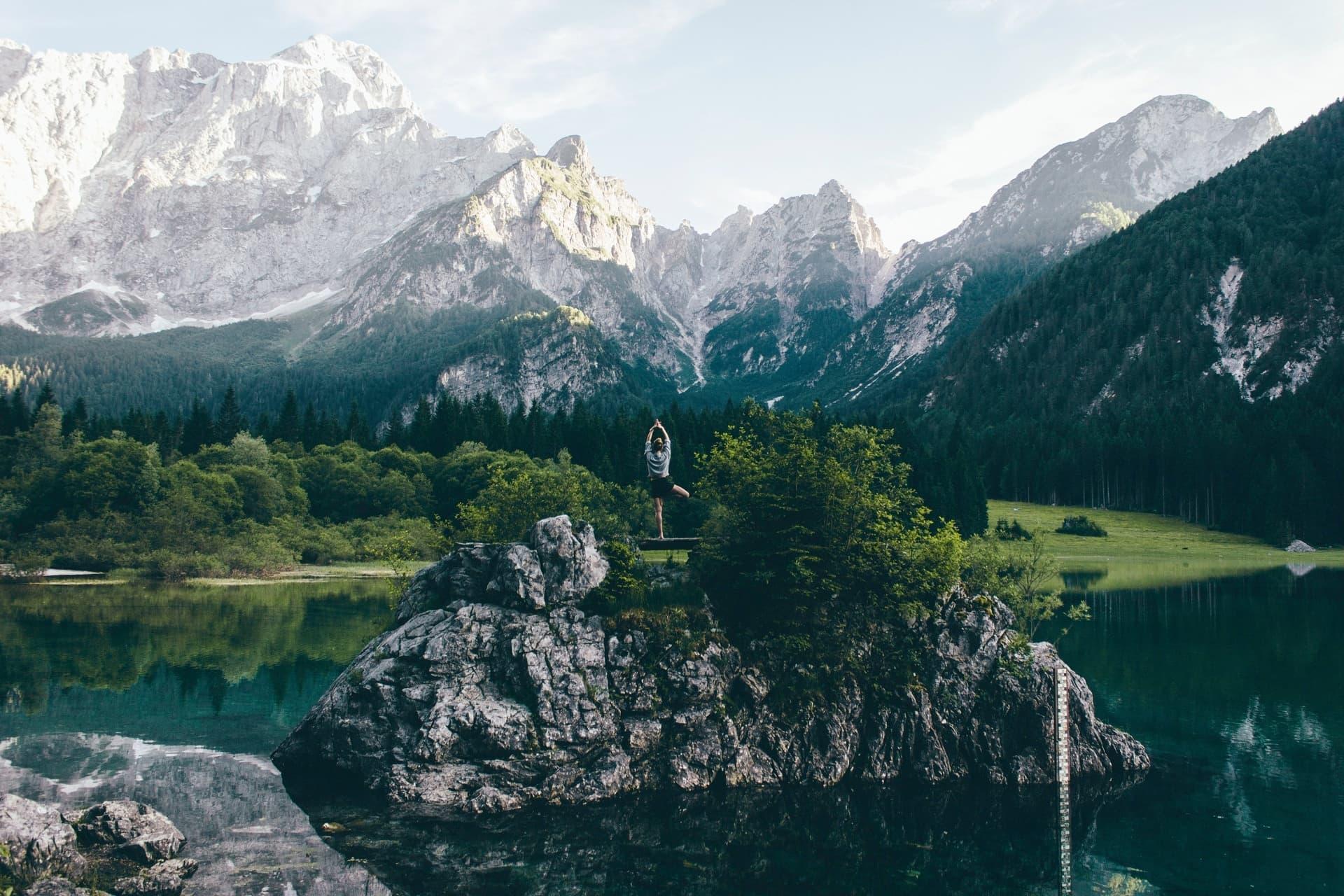 Quiply Frau in Yoga Position vor Alpen im See