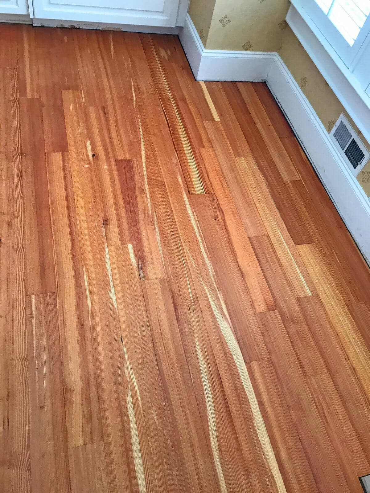 narrow width heart pine vertical grain with contrasts in coloration