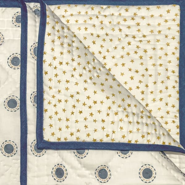 BCP3200 IY – Dots in indigo with dashes in indigo/gold bedcover