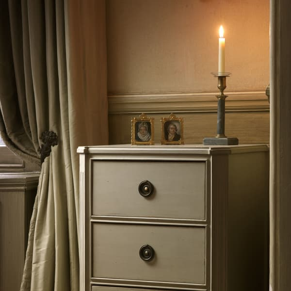 GUS036 8 L – Bedside table with three drawers