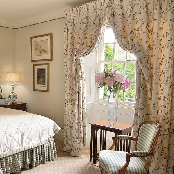 Summer Lodge Red Carnation Hotels Chelsea Textiles – Strawberry & Carnation Vine