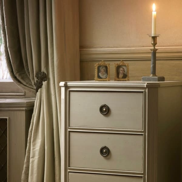Gus036 8 L 2 – Bedside table with three drawers
