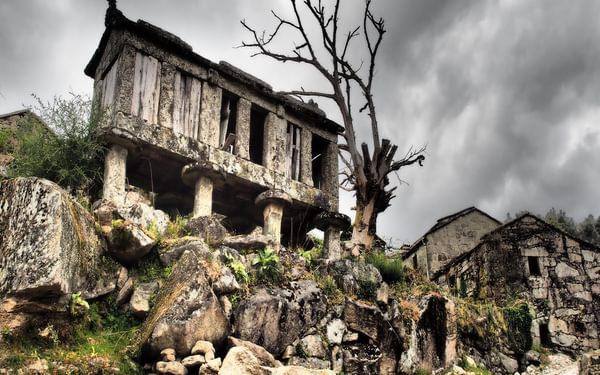 Neglected village espigueiro
