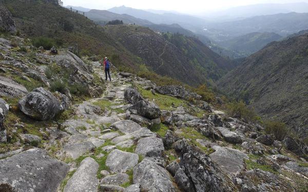 Trail leading down to Ermida in the Serra Amarela