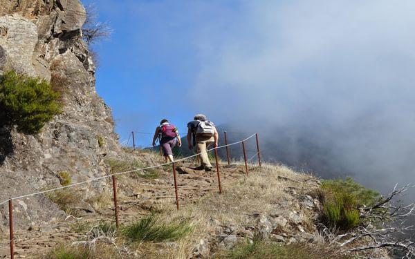 Following a partly fenced path above the Boca da Corrida