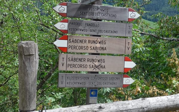 Generous signage on the Keschtnweg