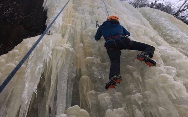 Ice climbing routes in the valley range between 1 to 17 pitches in length, providing opportunities to top-rope as well as lead for the beginner through to the advanced climber.