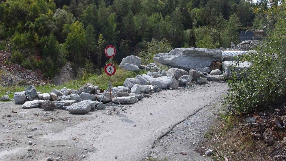 A large pile of boulders guarded a deep ravine and blocked the way
