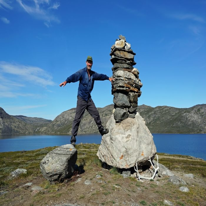 05 The author posing beside a tall cairn above the lake of Amitsorsuaq