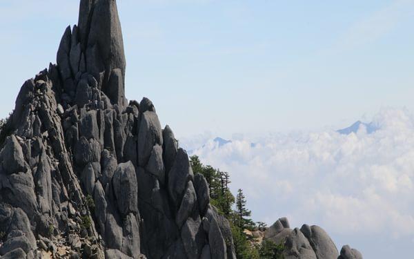 J5 The distinctive rock obelisk on Jizō-dake, one of Mt. Hō-ō's three summits
