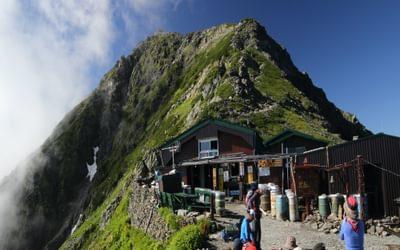 Kitadake11 Kata-no-goya hut sits on a shoulder at 3000m just below the summit plateau