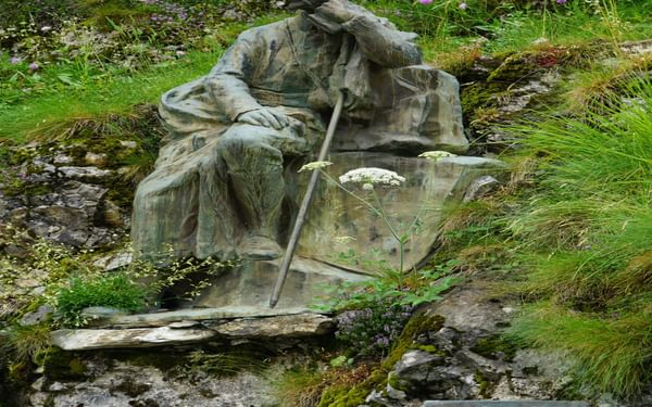 Henry Russell's statue just before entering Gavarnie by road