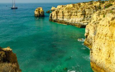 Rocky coastline soon after Praia de Sao Rafael