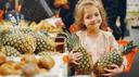 Mädchen mit Ananas in Händen