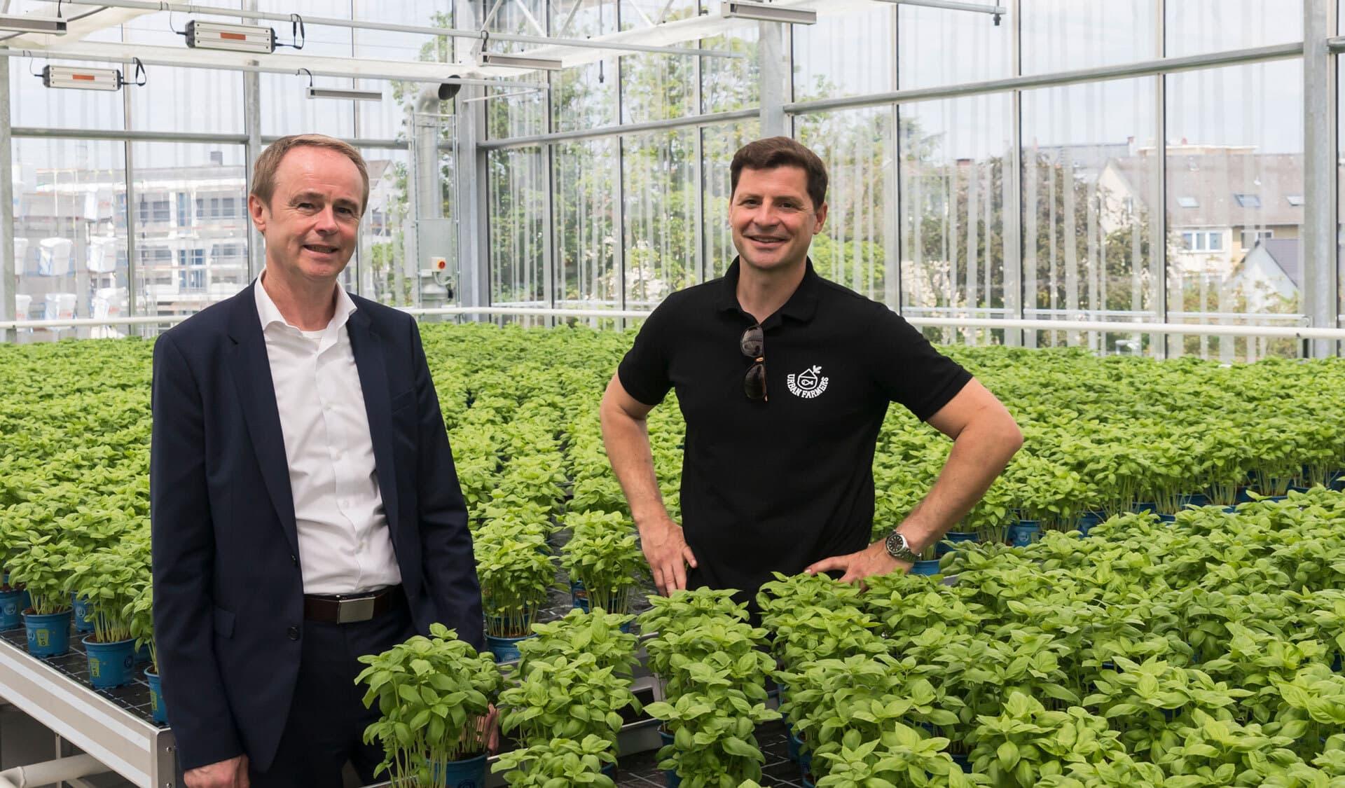 """Rewe Green Farming-Markt; Jürgen Scheider, Geschäftsführer von Rewe Region Mitte (li.) und Nicolas Leschke Co-Gründer und Co-Chef des Berliner Start-ups """"Ecofriendly Farmsystems"""""""