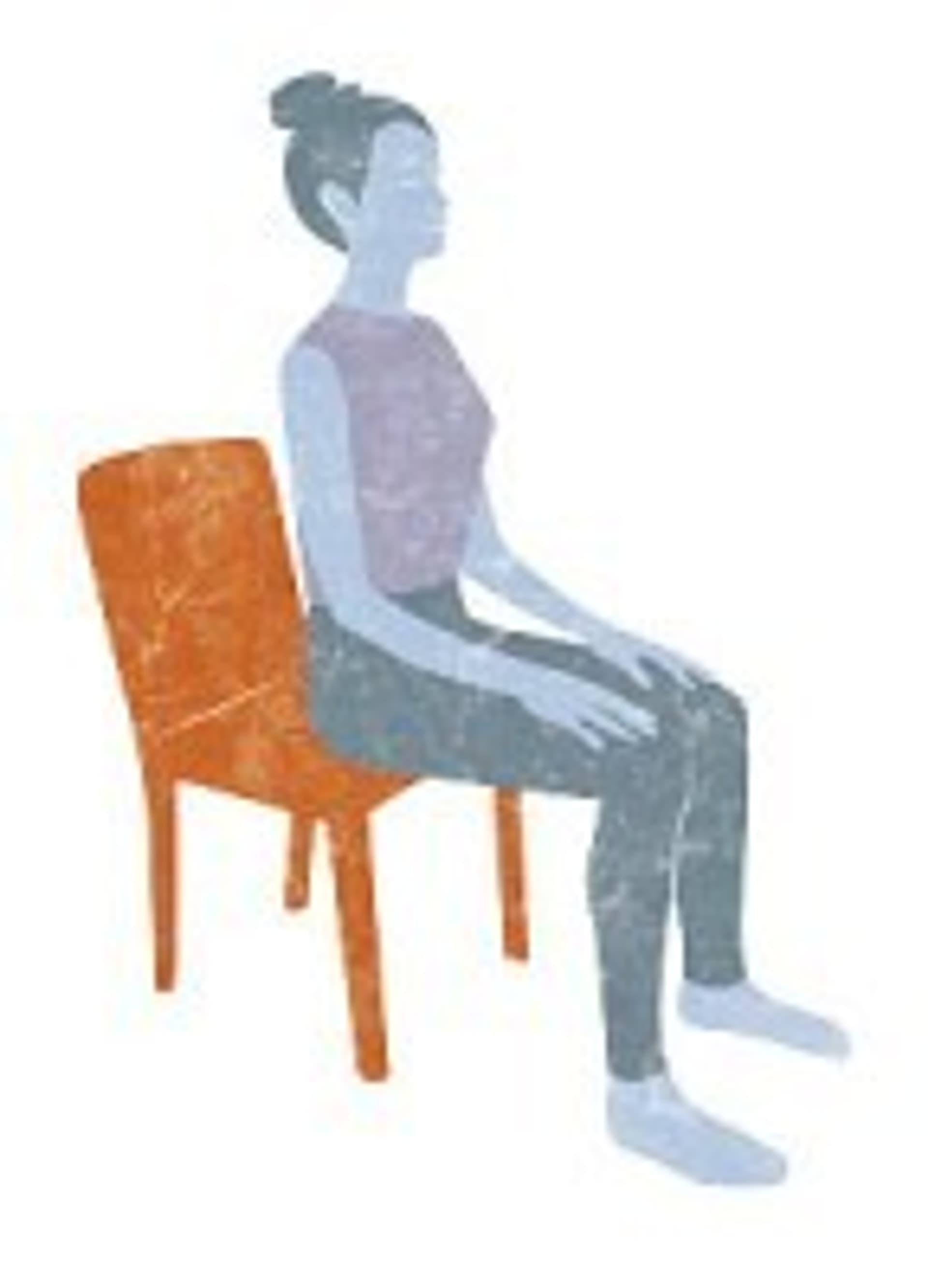 Frau sitzt auf Stuhl