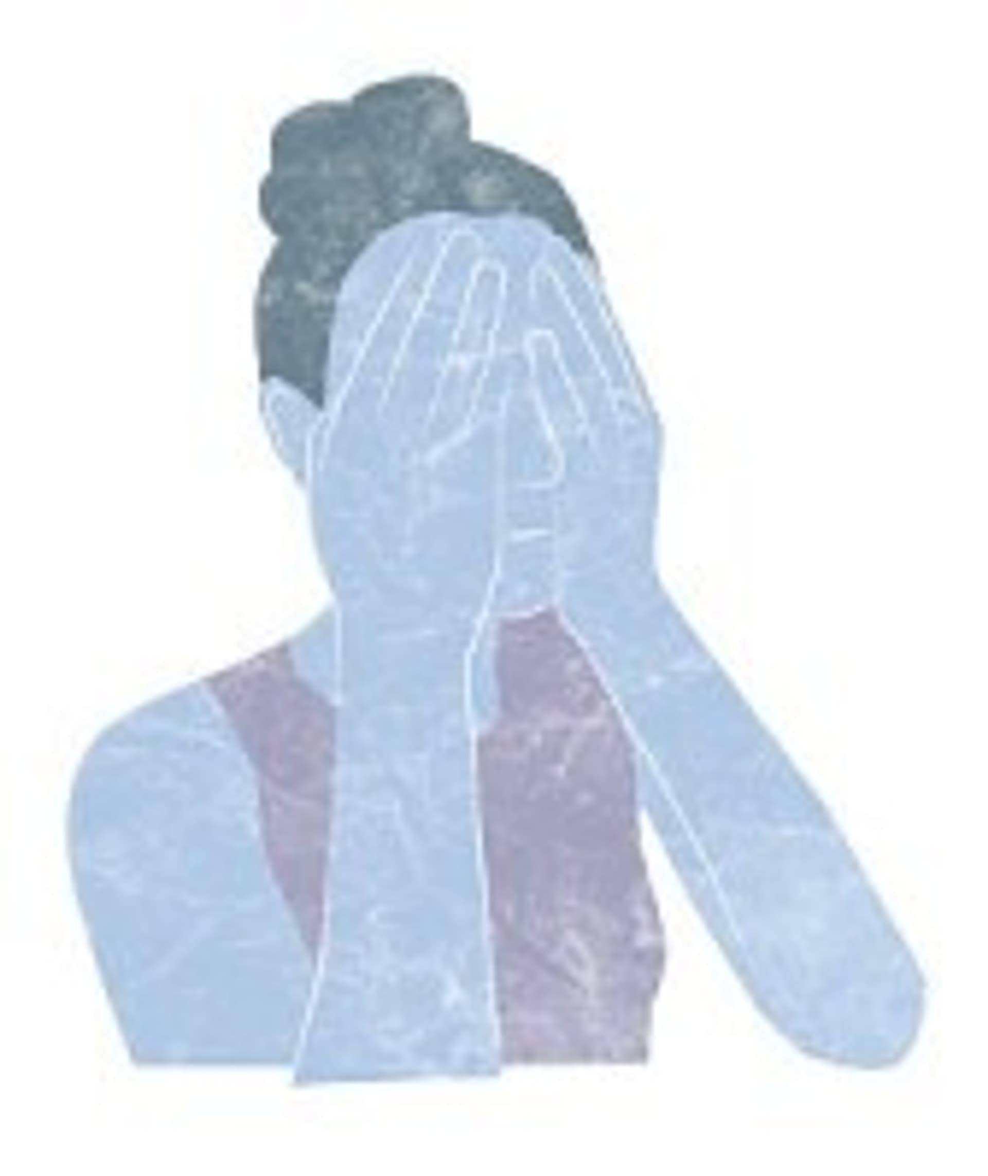 Frau hält die Hände vors Gesicht