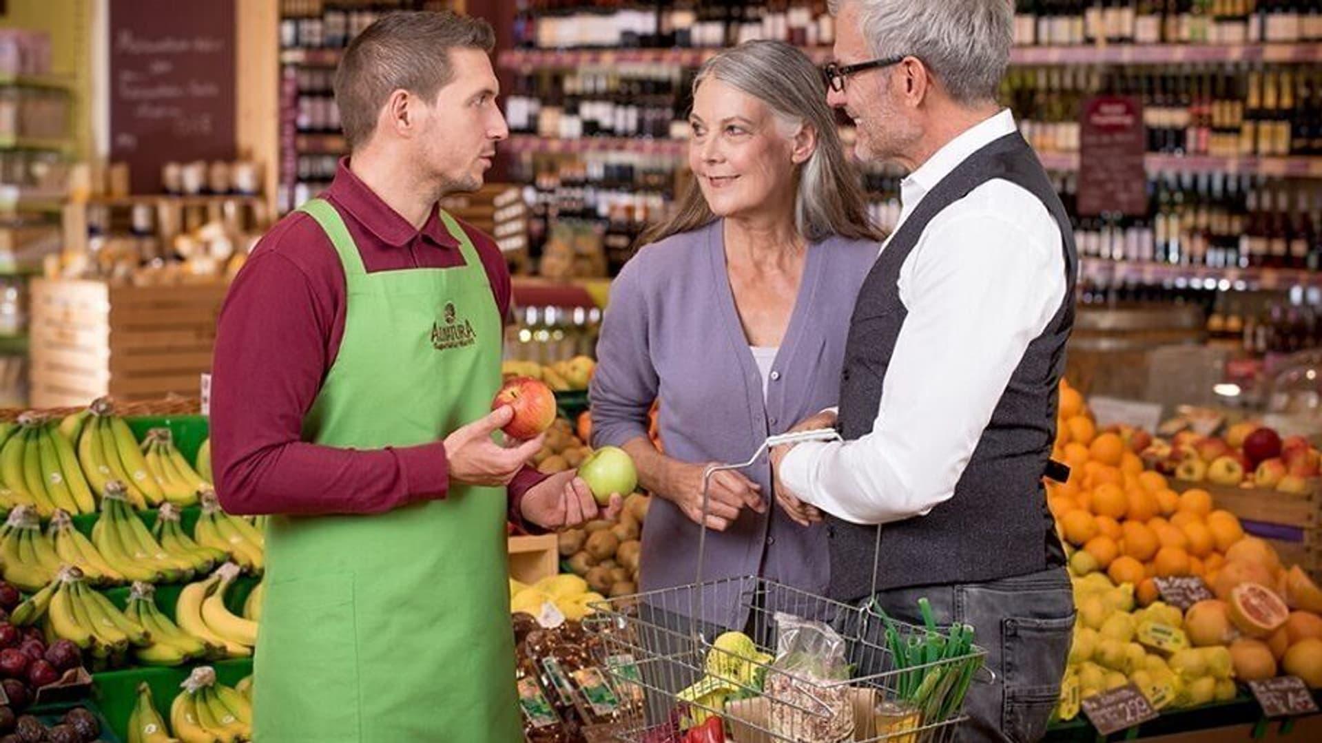 Kann sich auf eine Lohnerhöhung freuen: Alnatura-Mitarbeiter im Gespräch mit Kunden
