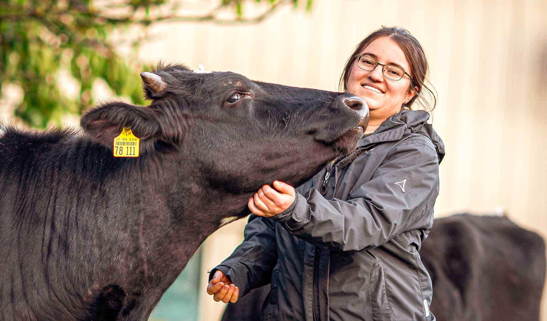 Anna Kenner mit einer ihrer Kühe