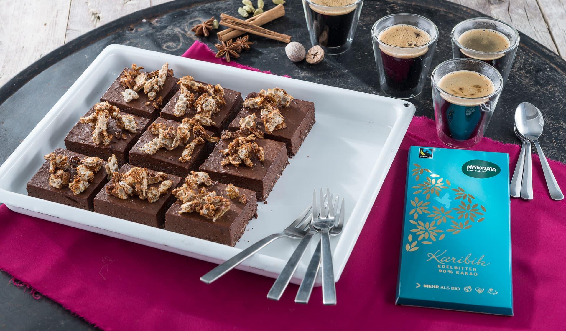 Schokoladenkuchen auf einer Platte