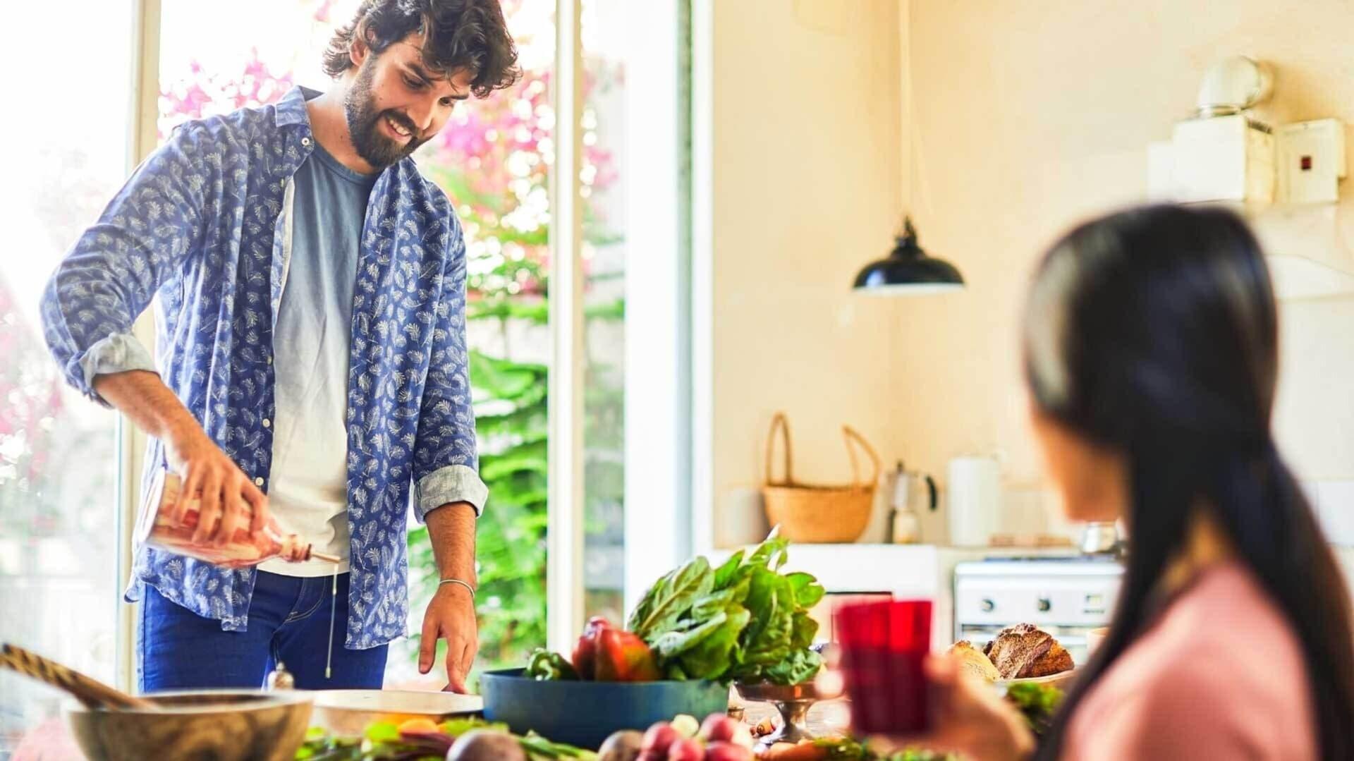 Ein Paar beim Kochen