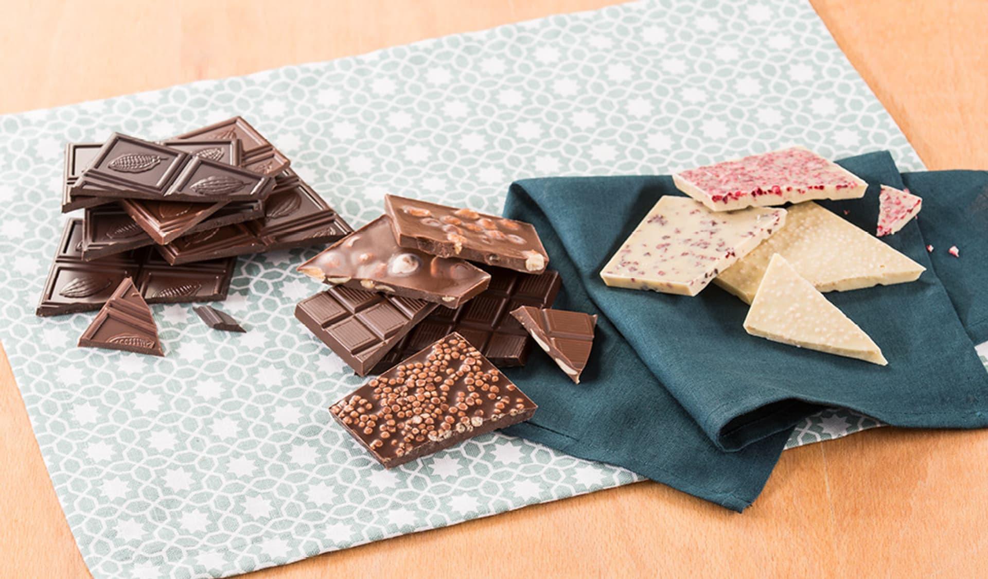 Verschiedene Schokoladenstücke auf einer Unterlage