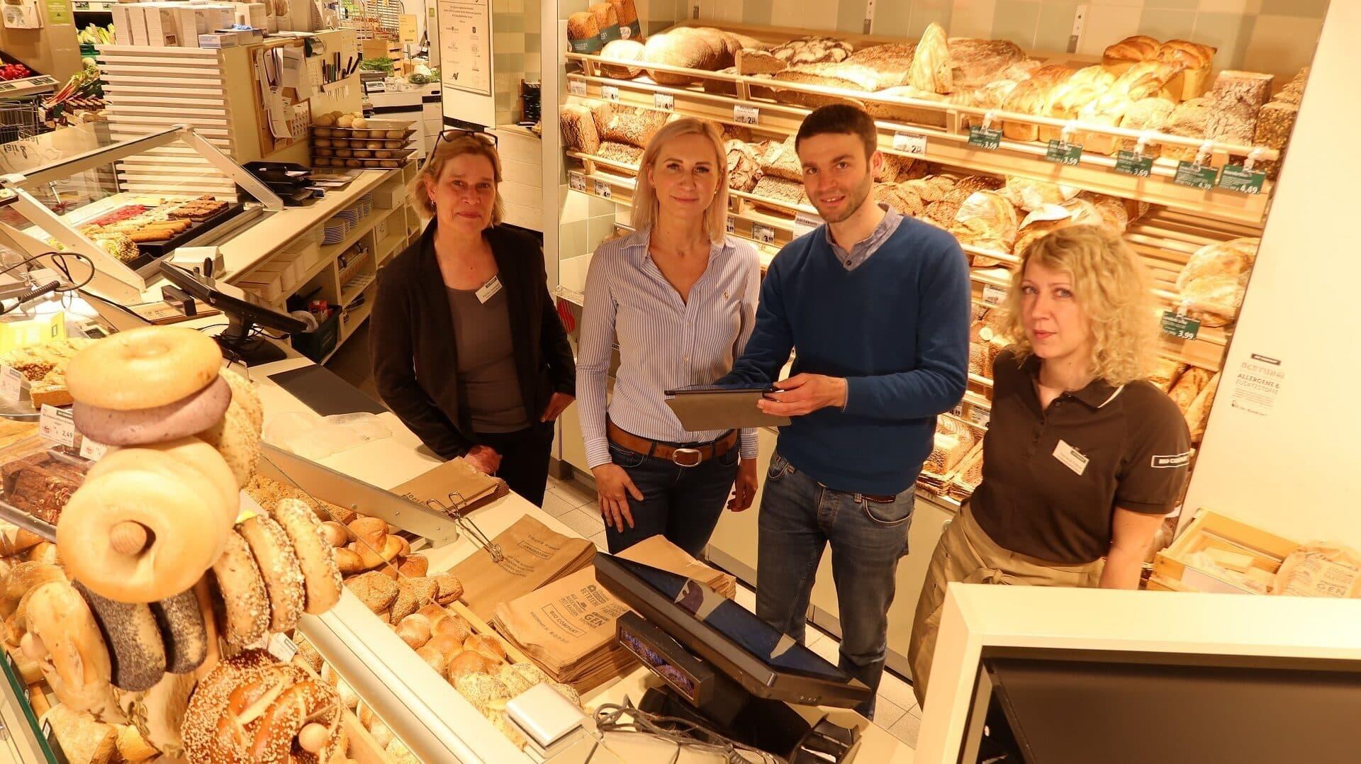 Bio Company, Brot, Backwaren, Food Tracks V.l.n.r.: Patrizia Weinzierl (Fachbereichsleitung Back & Bistro), Nicole Korset-Ristic (Leitung Verkauf), Dr. Tobias Pfaff (Geschäftsführer Antegon/ FoodTracks), Sarah Fedrow (Einkauf Back & Bistro)