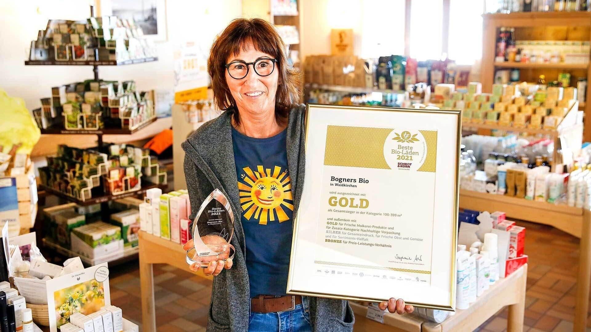 Ulrike Bogner mit ihrer BBL-Auszeichnung und der Urkunde