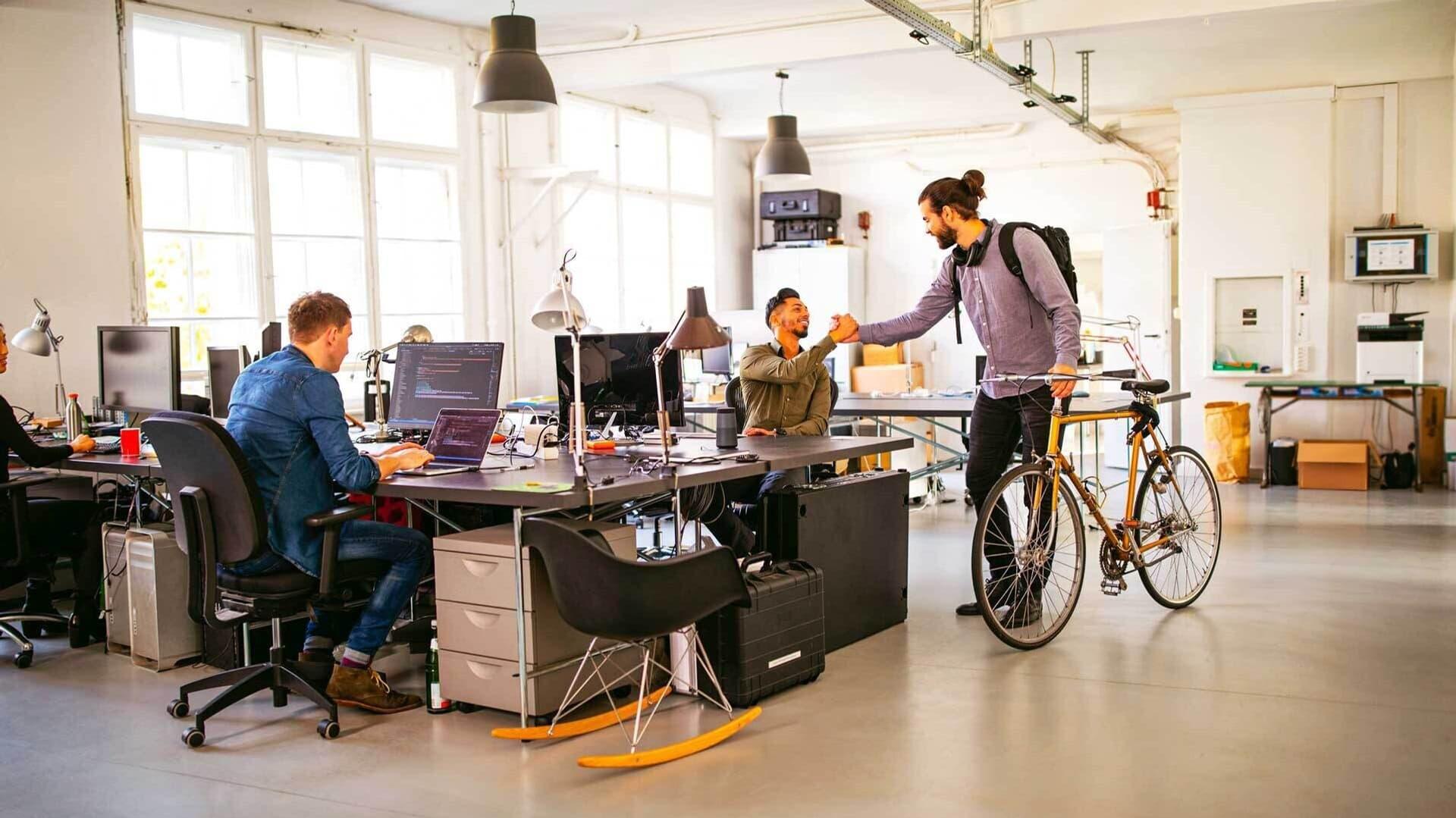 Begrüßung im Büro mit Fahrrad