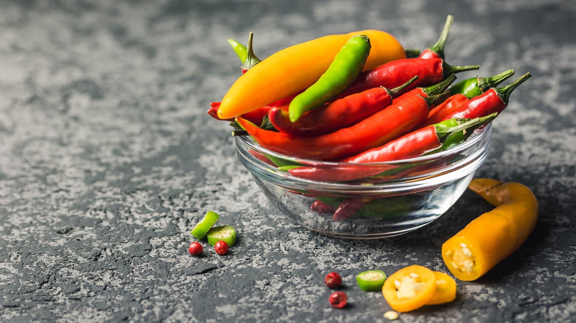 Bunte Chilis in einer Glasschale