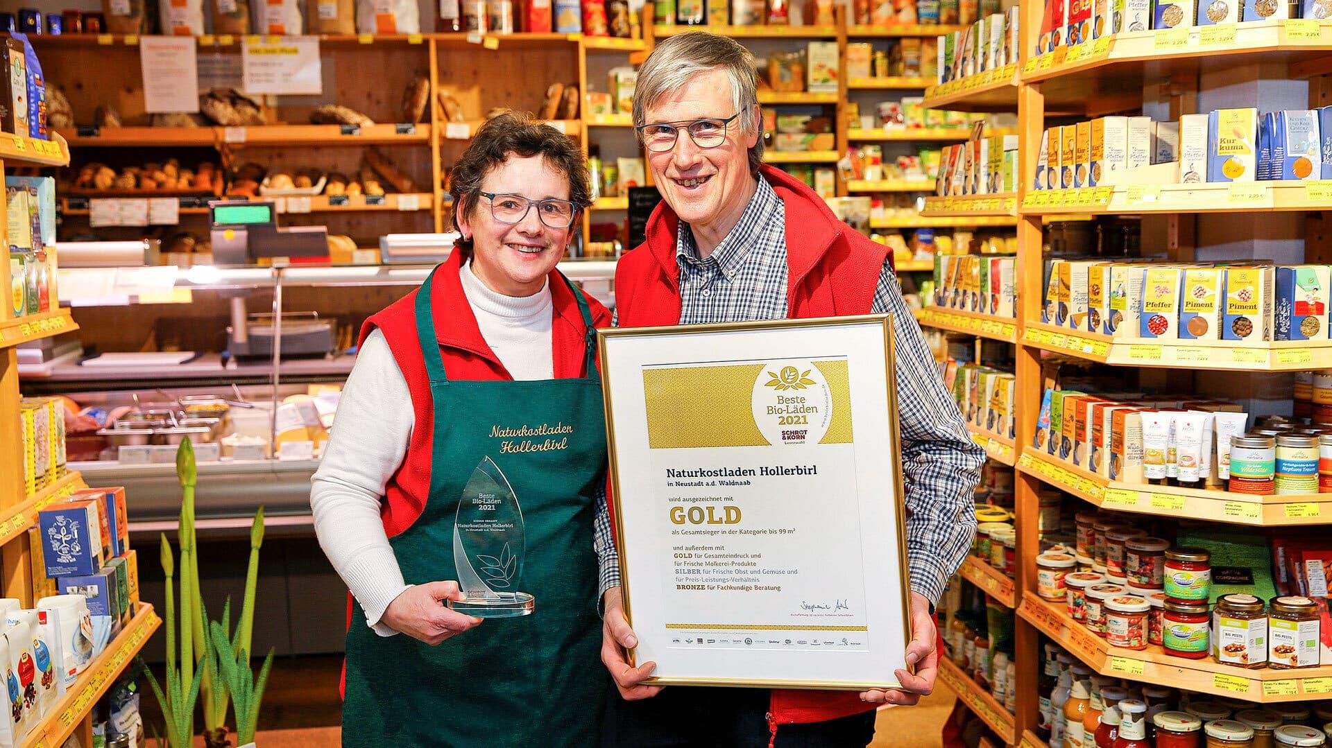 Das Ehepaar Baeck mit der Auszeichnung
