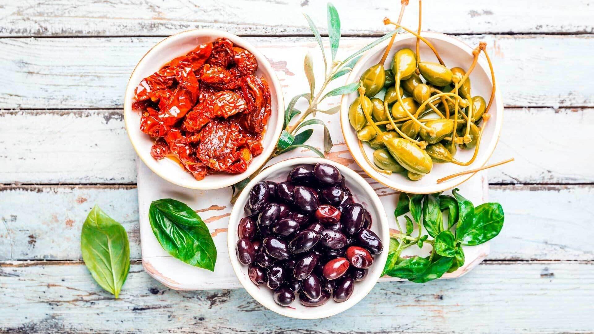 Antipasti: Getrocknete Tomaten, Oliven und Kapern