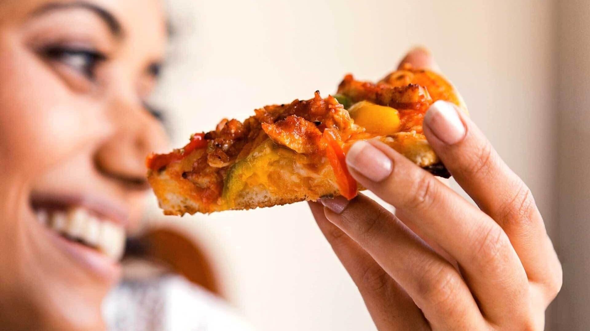 Frau mit Pizza