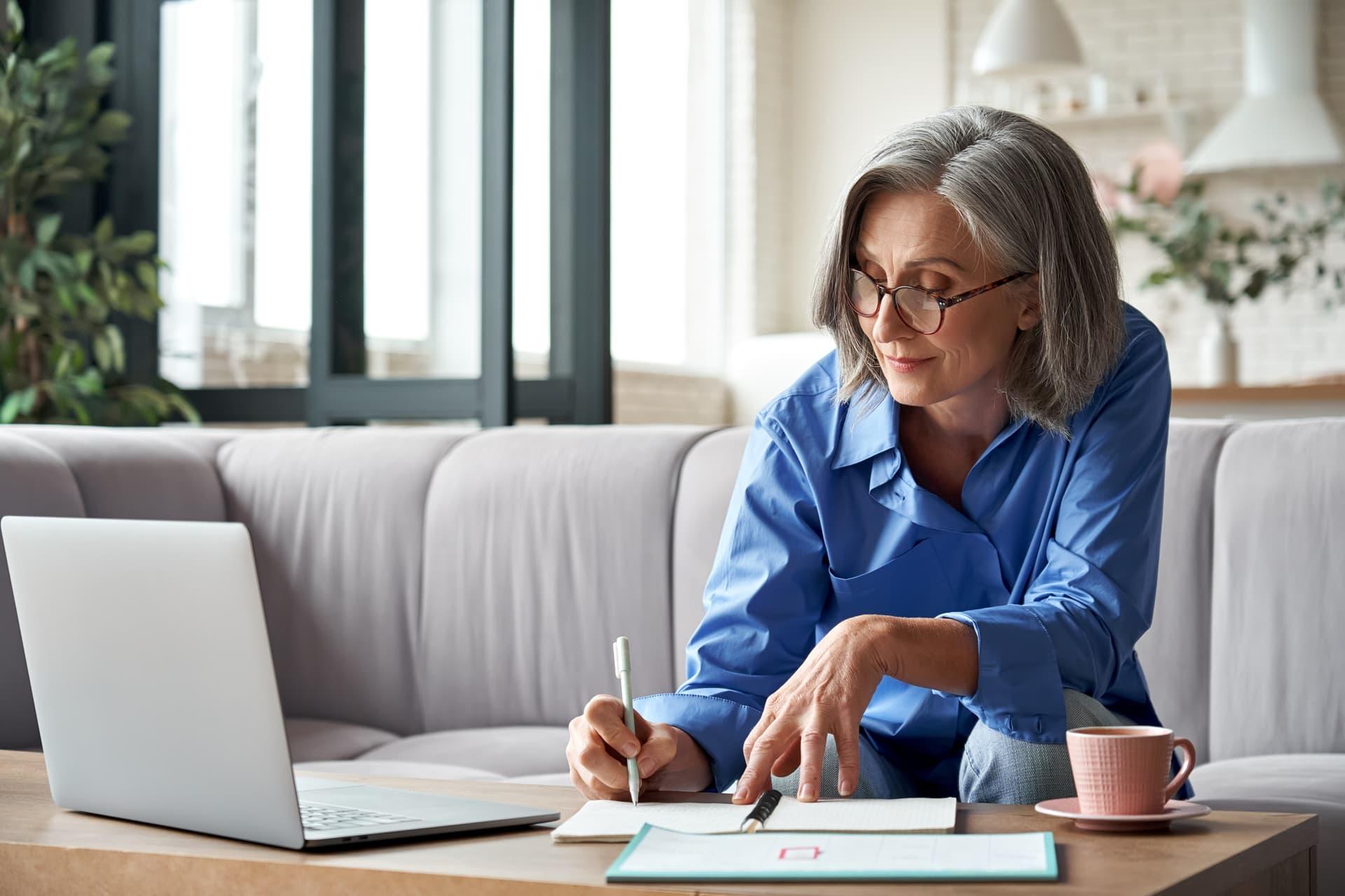 Frau lernt an einem Notebook