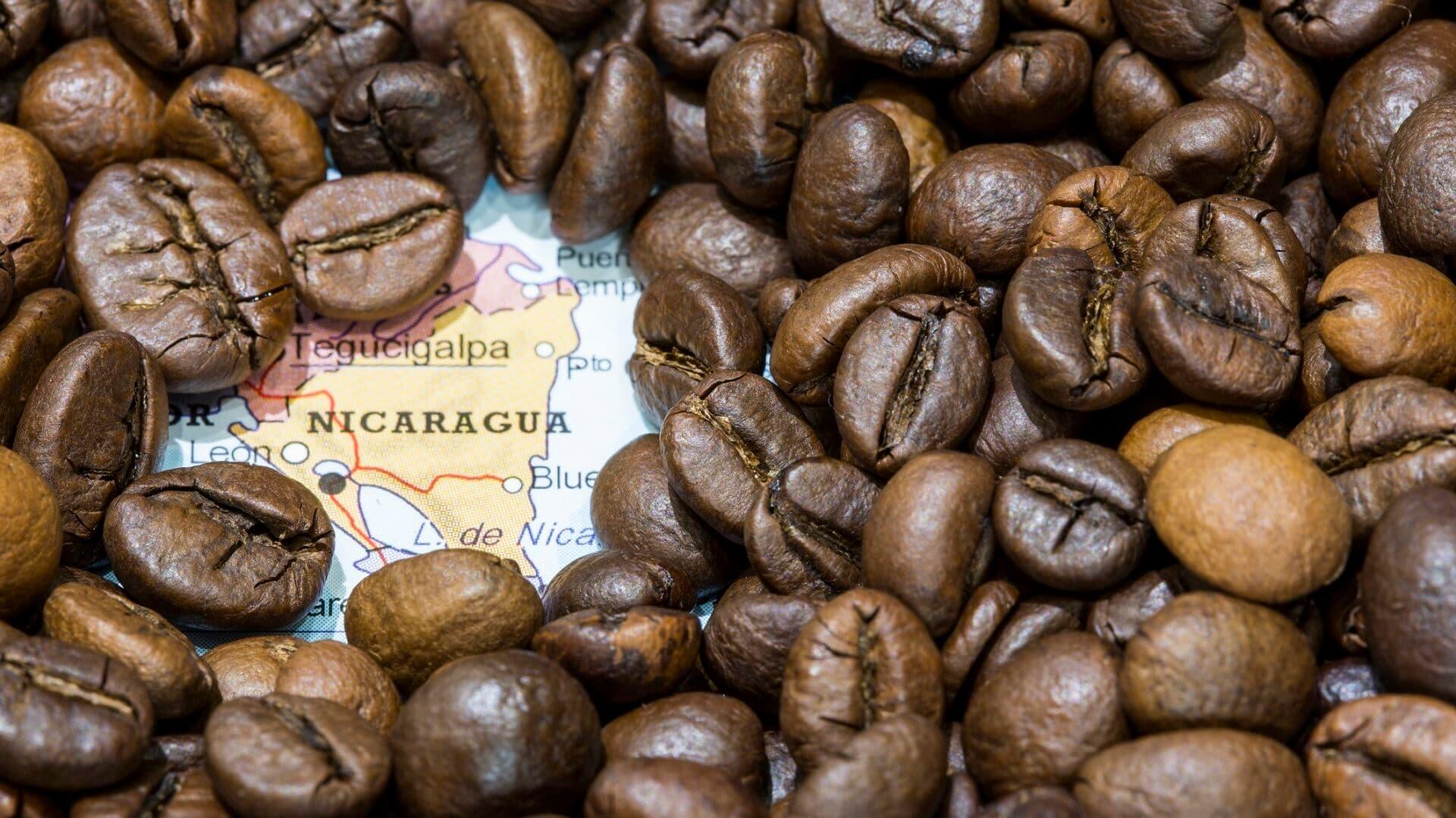 Kaffeebohnen auf einer Karte von Nicaragua