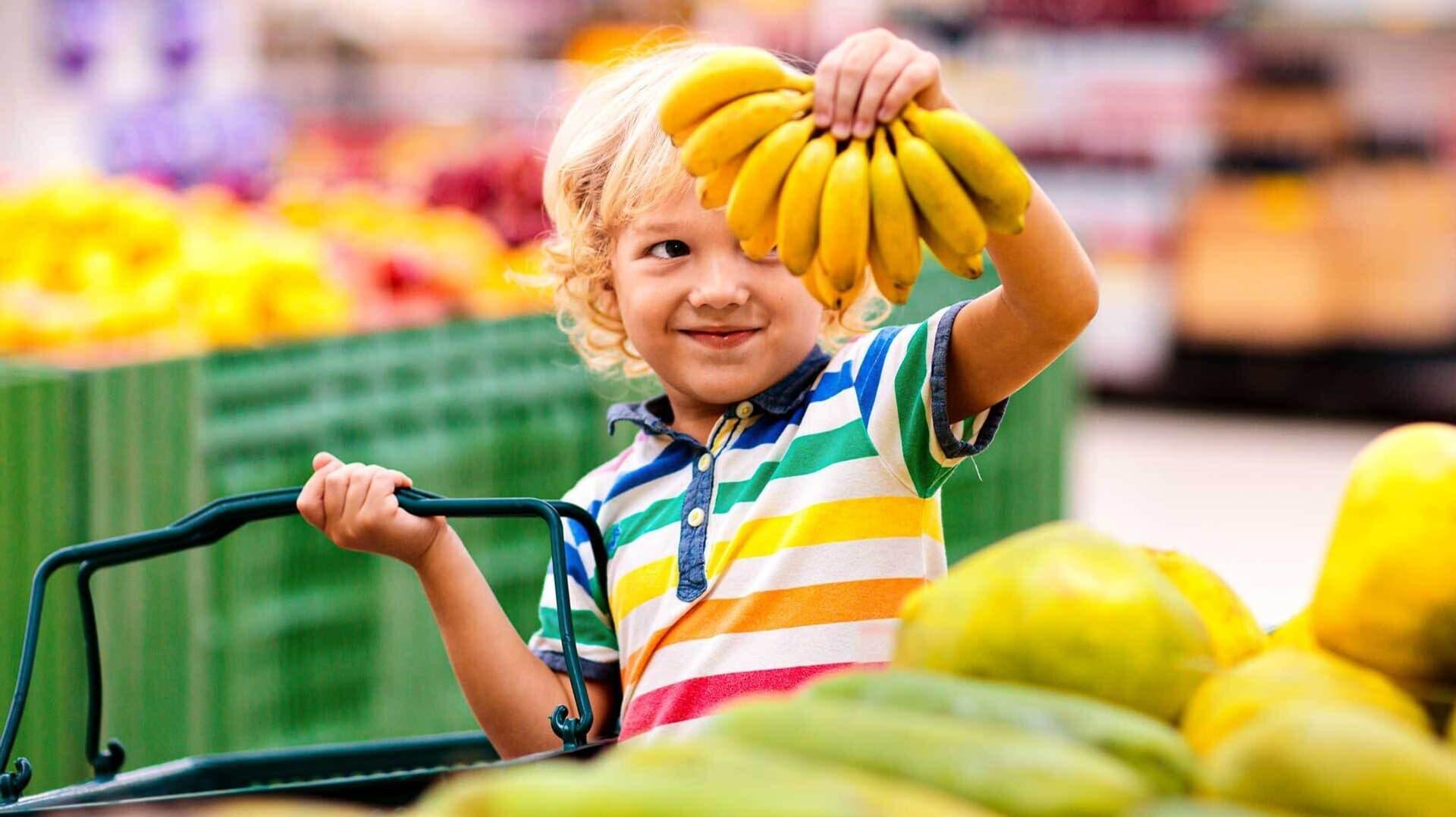Ein Kind hält Bananen in die Luft