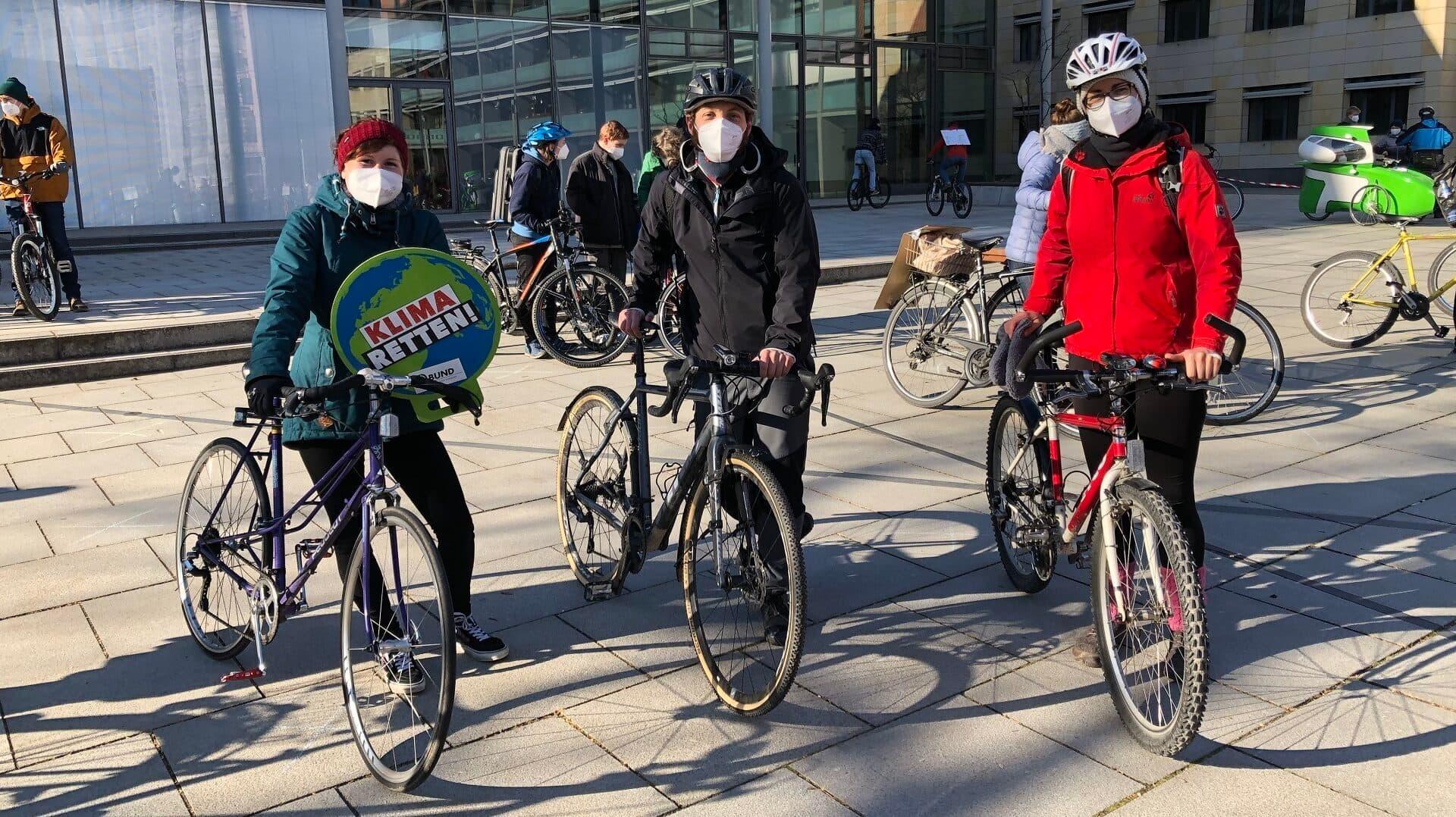 Drei Personen mit Fahrrädern bei der Aschaffenburger Klimademo