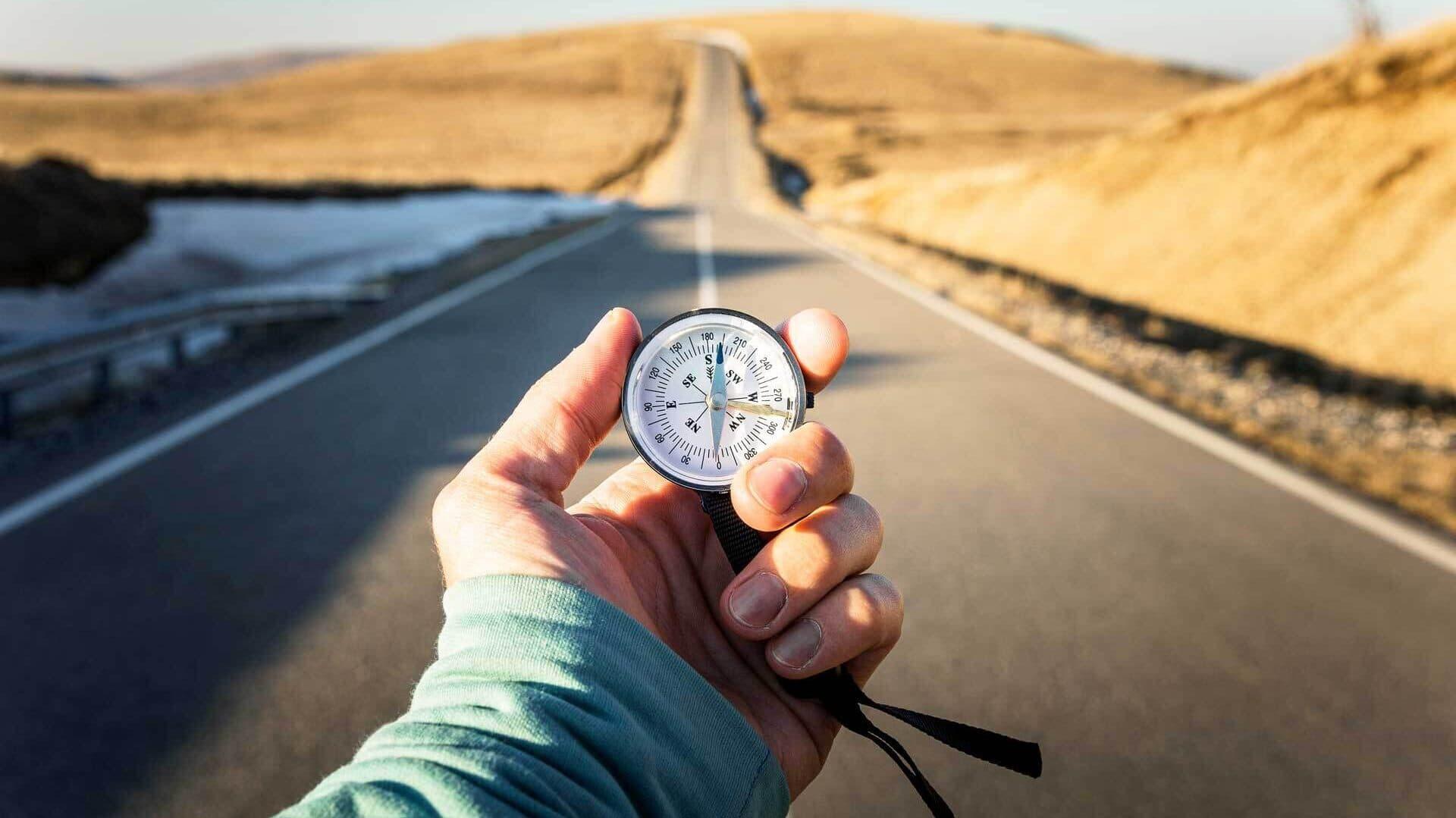 Kompass vor einer langen Straße