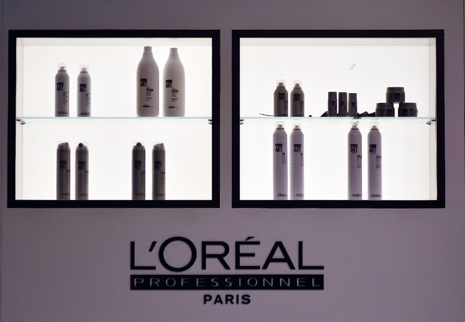 Vitrine mit L'Oreal-Kosmetik