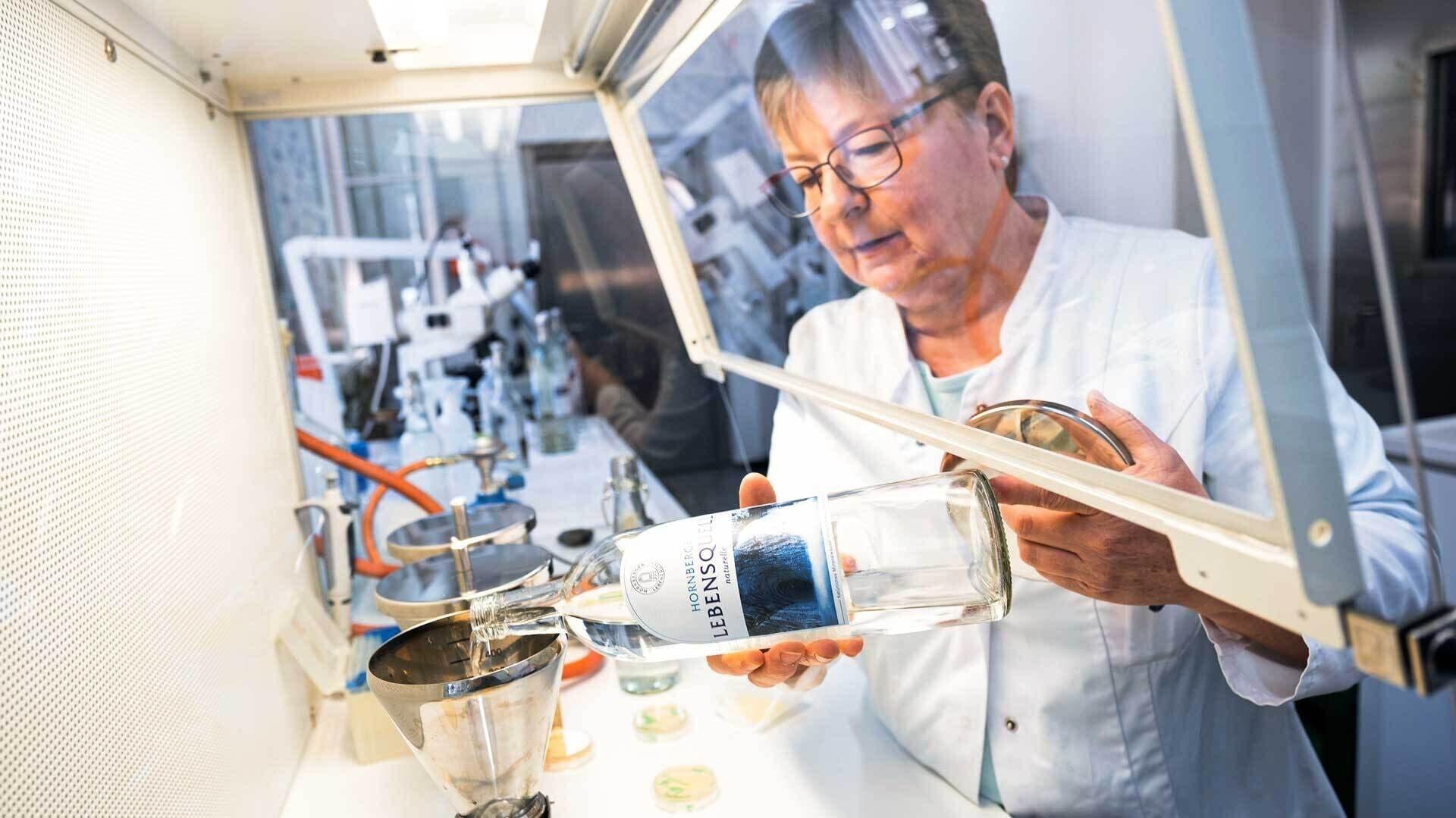 Eine Mitarbeiterin von Hornberger untersucht die Wasserqualität im Labor