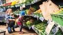 Mutter mit zwei Kindern in der Obst- und Gemüseabteilung des Bioritter.