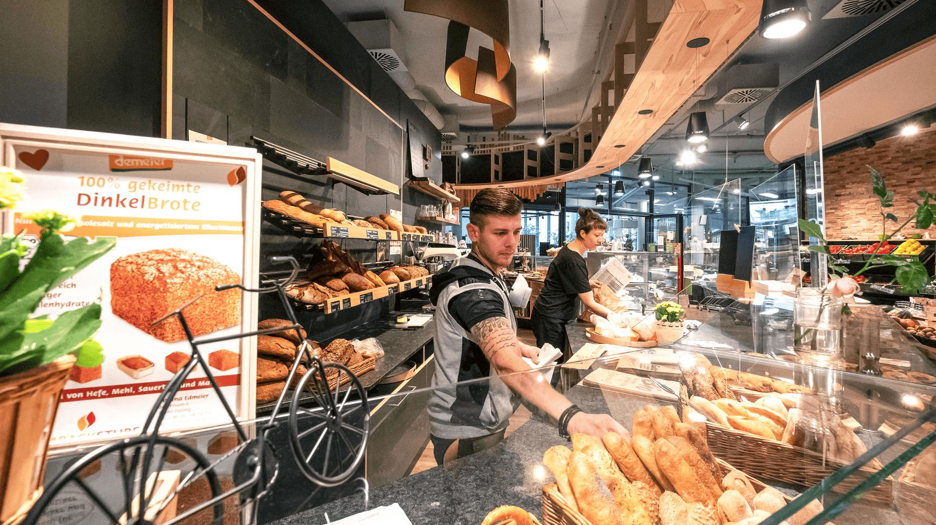 Zwei Verkäufer an der Bioritter-Bäckerei-Theke