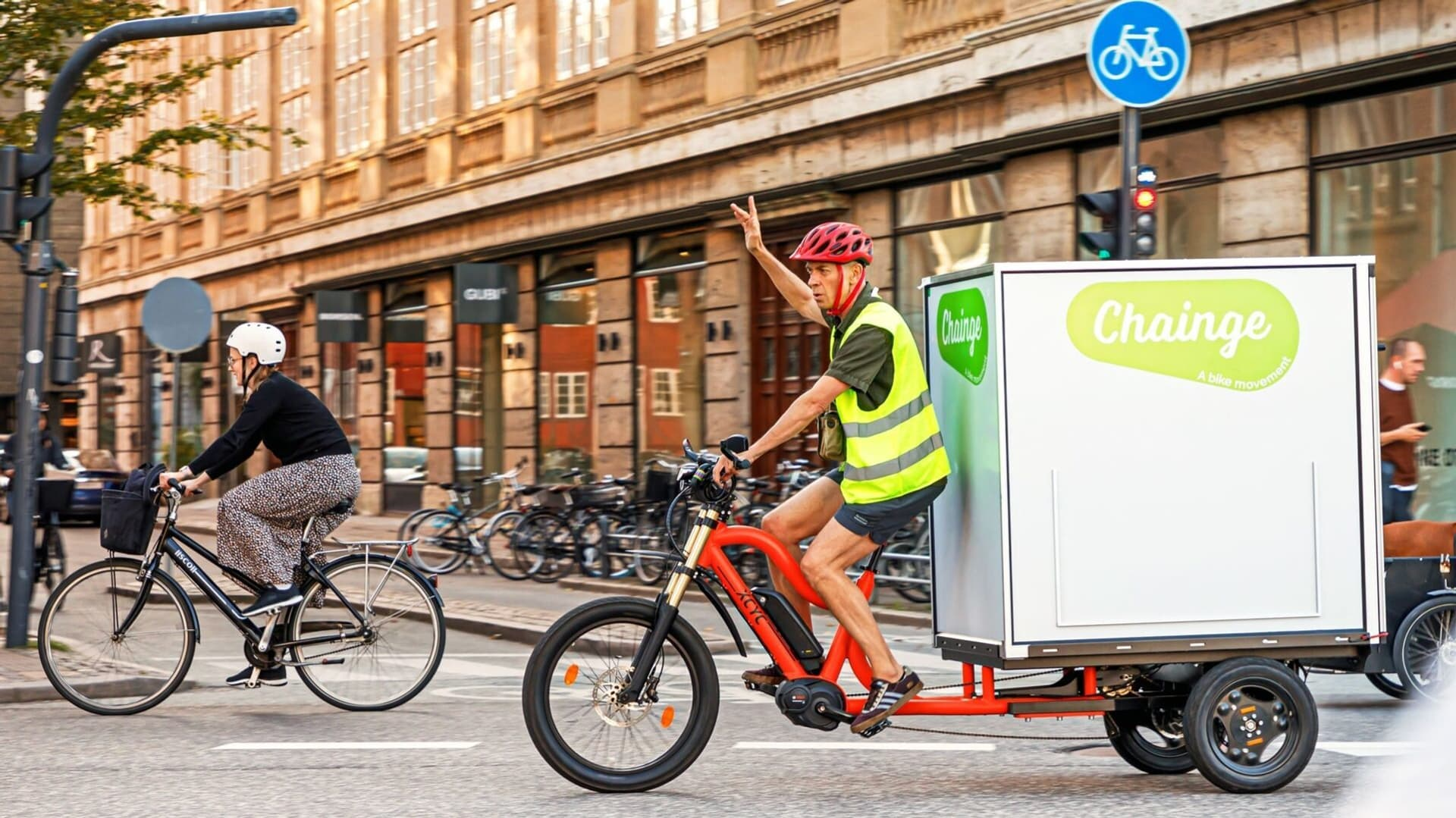 Eine Person mit Lastenrad in der Stadt